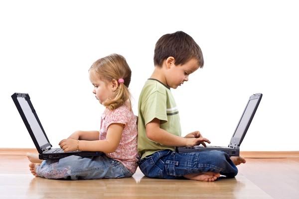 rebenok-za-komputeram