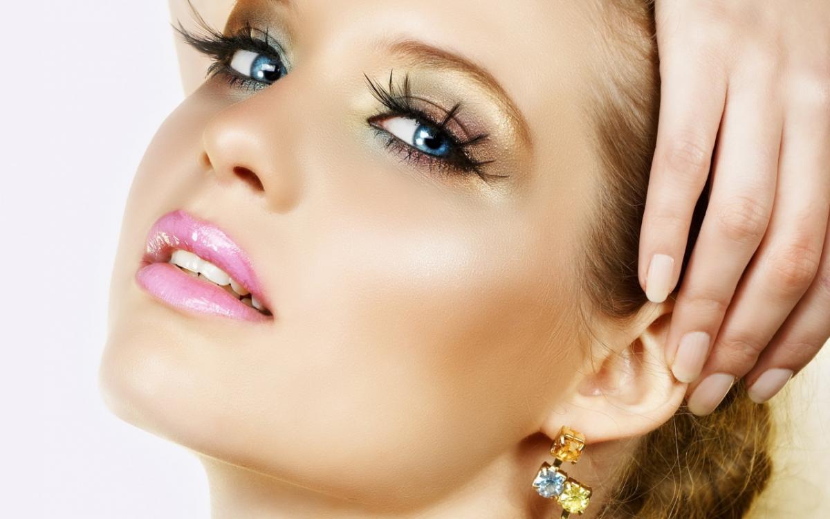 У девушки омолаживающий макияж