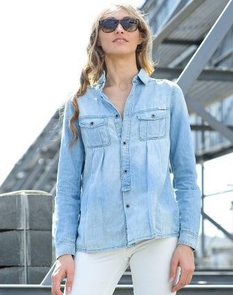 Девушка в джинсовой рубашке