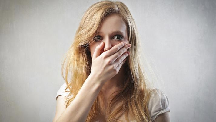 У девушки пахнет изо рта