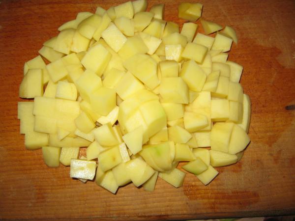 Зеленый борщ с рисом: готовим картофель