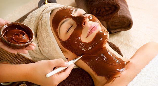 Девушка с шоколадной маской