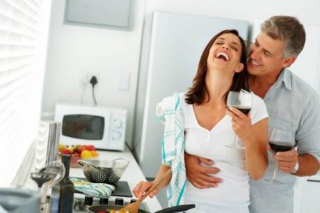 Муж помогает по дому