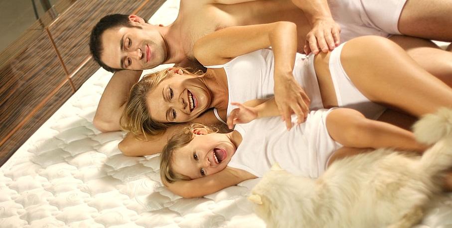 Счастливая семья на матрасе