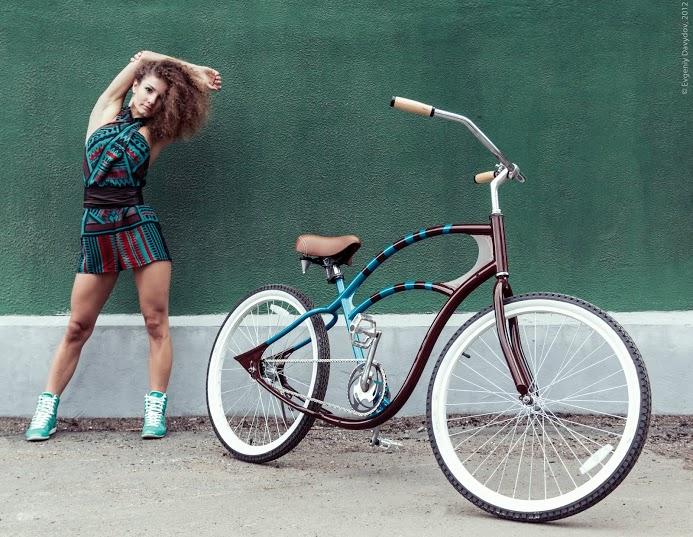 Девушка разминается у велосипеда