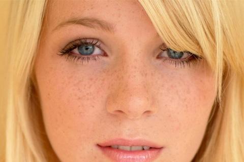 Блондинка с веснушками