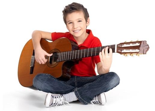 Мальчику подарили гитару