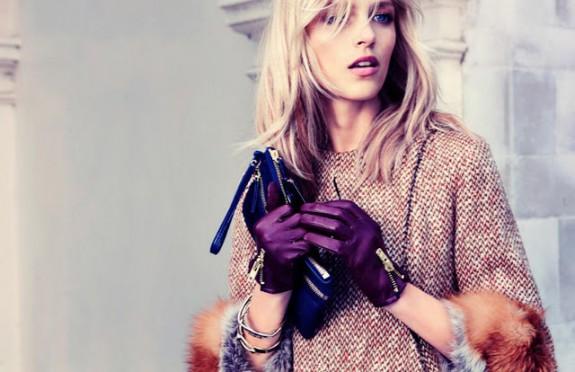 Девушка в перчатках