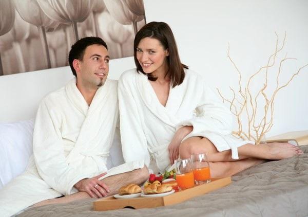 Муж и жена в халатах