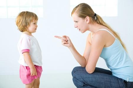Мама наказывает дочку