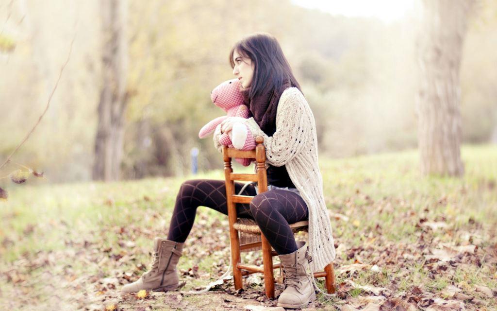 Девушка в вязоном свитере