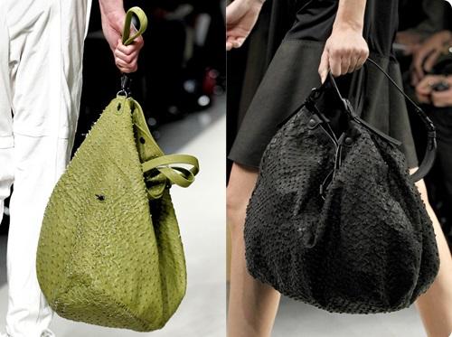 Девушки с сумкой мешком