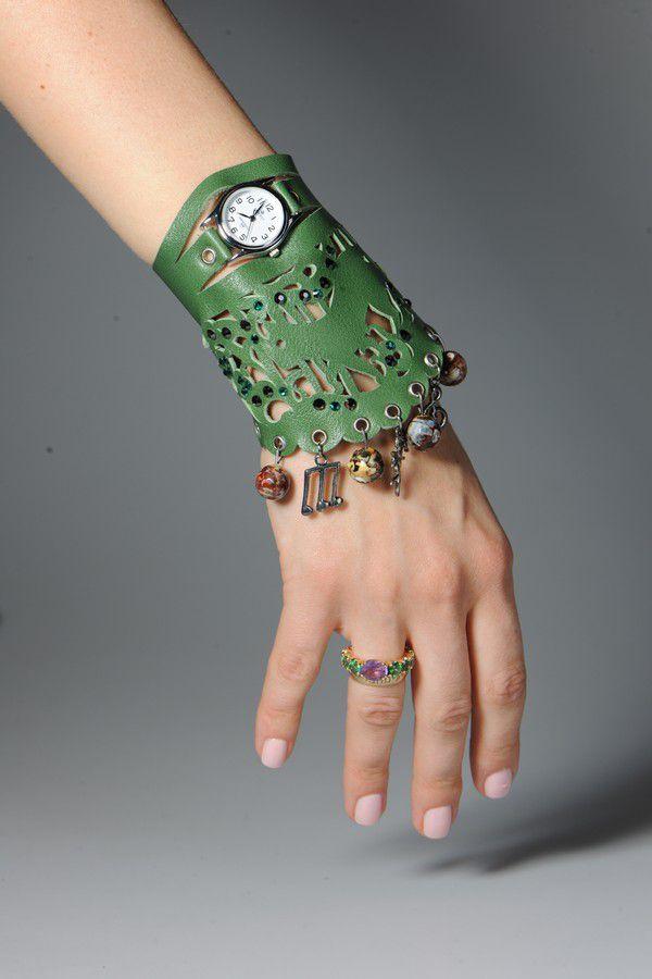 Часы с модным браслетом