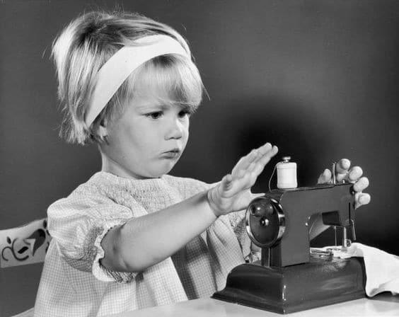 Первым изобретателем швейных машинок был Исаак Зингер.