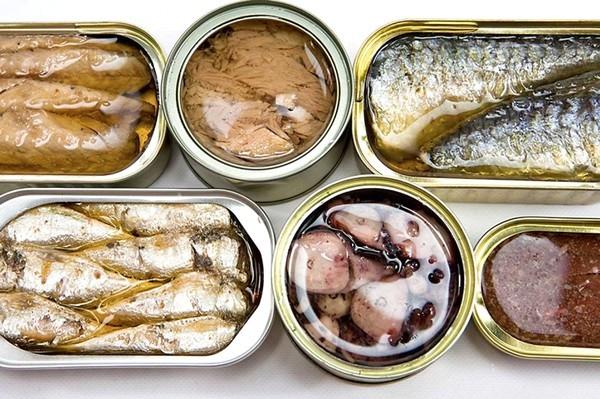 Опасные консервы: грибы, огурцы, мясо, рыбе, мёд, варенье.