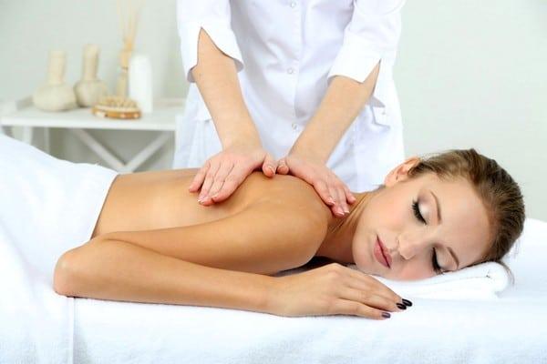 Виды массажа, которые помогут справиться с болями в шее и спине